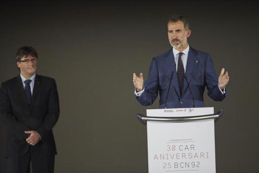 El rey Felipe VI y el presidente de la Generalitat, Carles Puigdemont (izquierda), en el CAR de Sant Cugat donde el Rey ha presidido el acto de la conmemoración de su XXX Aniversario.