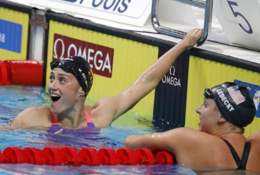 Mireia Belmonte, celebrando la plata en los 1.500 junto a la imbatible Katie Ledecky