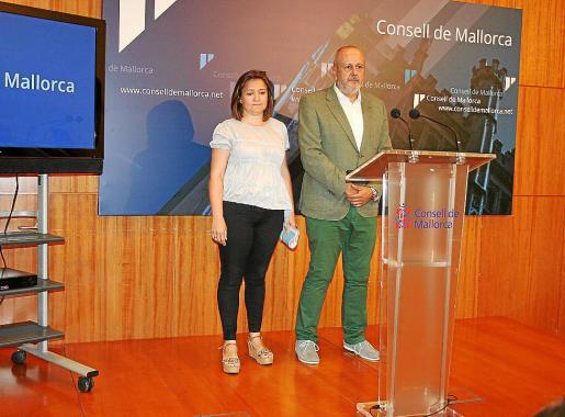 Mercedes Garrido, consellera de Territori, con Miquel Ensenyat en la presentación de las obras.