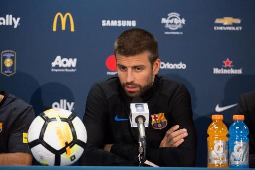 El central del FC Barcelona Gerard Piqué habla durante la rueda de prensa ofrecida en Landover.