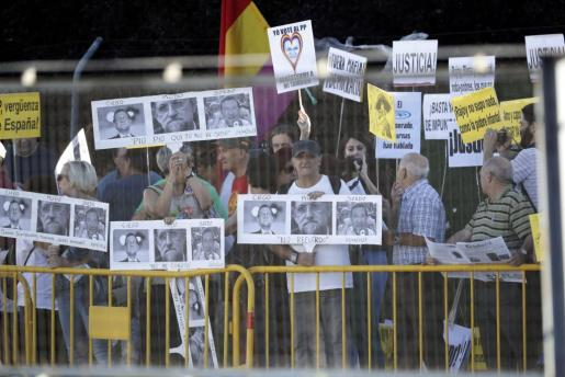 Manifestantes se concentran cerca de la sede de la Audiencia Nacional donde comparece el presidente del Gobierno como testigo de la trama Gürtel.