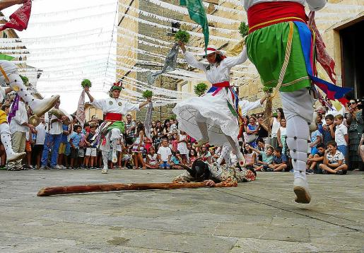 Al final de la danza de la 'Titoieta', la Dama vence, derrota y salta sobre el Dimoni.