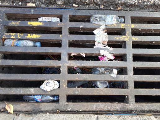 Las calles de Punta Ballena acumulan un gran volumen de residuos plásticos y orgánicos a diario.