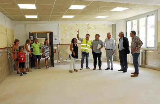 El conseller March y su equipo visitaron las obras junto al alcalde, padres y personal.