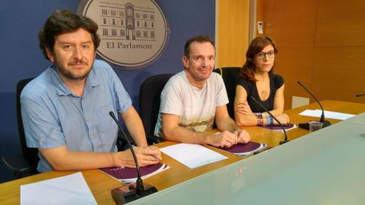 Alberto Jarabo, Salvador Aguiler y Laura Camargo durante su ponencia en el Parlament