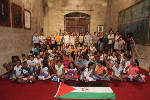 Imagen de los niños saharauis junto a la delegación del Govern en las instalaciones del Govern Balear.