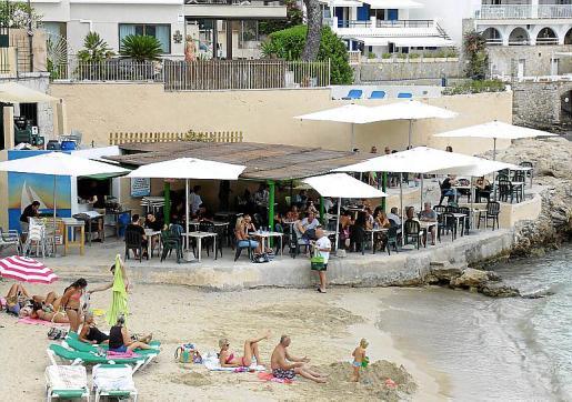 El chiringuito se encuentra sobre una plataforma a pie de playa.