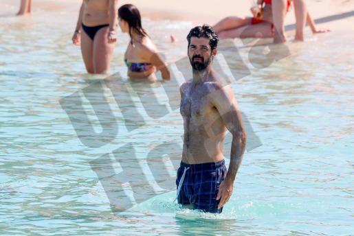 Miguel Ángel luce cuerpo en la playa.