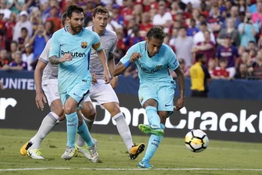 Neymar (d) de Barcelona anota un gol ante la mirada de su compañero Lionel Messi (i) durante el partido de la Copa Internacional de Campeones 2017 disputado entre el FC Barcelona y el Manchester United.