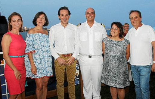 Eva González, Pilar Carbonell, Marc Pons, el capitán del Dimonios, Asier Lorente; Carol Marqués y Toni Mercant.