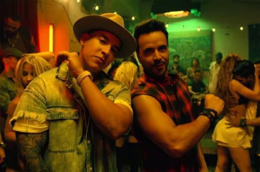 El cantante Luis Fonsi, junto a Daddy Yankee, en una escena del videoclip de 'Despacito'.