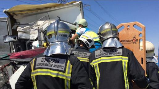Tras la colisión, ha sido necesaria la intervención de los bomberos para evacuar a los heridos.