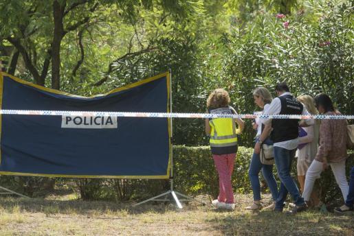 Agentes de Policía Científica y Homicidios de la Policía Nacional y la jueza que se ha hecho cargo del caso inspeccionan el lugar del Parque Amate de Sevilla donde esta mañana ha sido hallado el cadáver de una mujer con signos de violencia y calcinado.