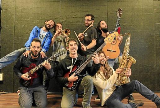 La banda al completo –Moi, en la fila superior, segundo por la izquierda–, pocos días antes de que el 'frontman' de la banda falleciera en un accidente.