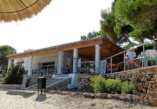 El chiringuito de obra se dispone en plataforma panorámica sobre la playa.