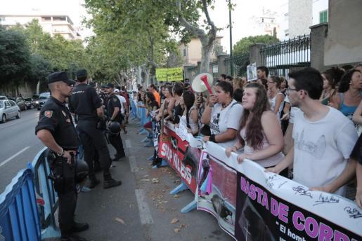 Un grupo de antitaurinos protestando ante el Coliseo Balear.