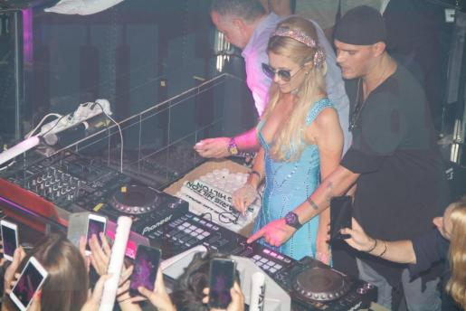 La famosa 'celebrity' Paris Hilton durante su actuación como DJ la madrugada de este viernes en Tito's.