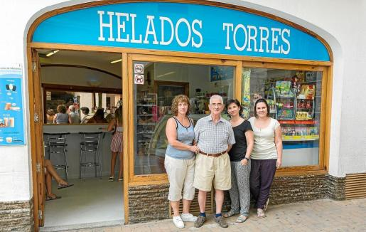 Segunda, tercera y cuarta generación: Tònia y Joana Torres junto a su padre Llorenç y la nieta, Neus.