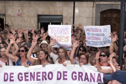 .Centenares de personas se concentraron este jueves en el centro de Maracena en apoyo a Juana Rivas