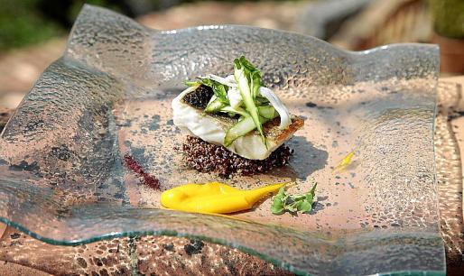 Lubina confitada con aceite de tomillo limonero, sobre quinoa salteada con sepia, espárragos y cremoso de zanahoria.