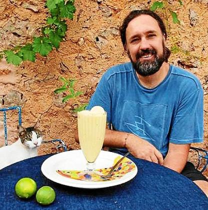 Joan Vich Crespí, junto a su helado de Oli de Mallorca con toque de hierbaluisa y lima.