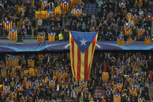 Los seguidores del FC Barcelona muestran esteladas durante un partido de la Champions League.