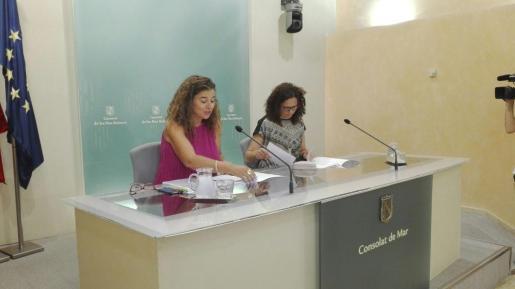 Las conselleras Pilar Costa y Catalina Cladera durante la rueda de prensa posterior a la reunión del Consell de Govern de este viernes.