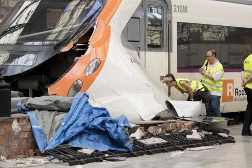 Técnicos de RENFE evalúan los daños producidos en el tren de cercanías que esta mañana sufrió un accidente en la estación de Francia de Barcelona y que ha causado medio centenar de heridos.