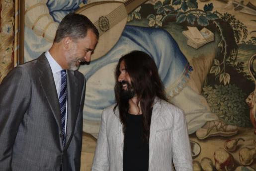 El rey saluda al presidente del Parlament en su encuentro en el Palacio de la Almudaina.
