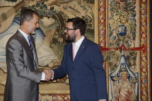 El Rey saluda al alcalde de Palma, Antoni Noguera, este viernes.