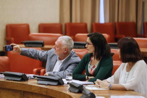 Varios diputados, durante la reunión de la Comision de Igualdad sobre el pacto contra la Violencia de Género, donde se han ratificado los acuerdos alcanzados por unanimidad de todas las fuerzas políticas de ambas cámaras para combatir la violencia machista.