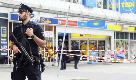 Fuerte cordón policial en los alrededores del establecimiento donde un hombre ha atacado a otros ciudadanos, matando a uno.