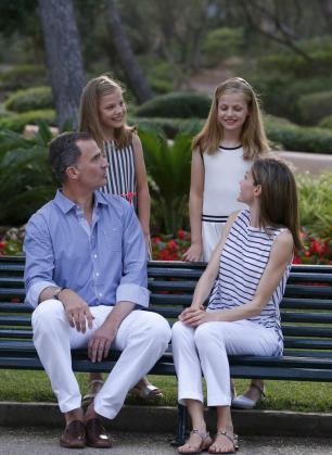 Imagen del año pasado de los Reyes de España junto a sus hijas, en los jardines de Marivent.