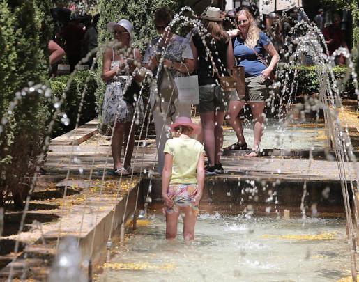 Turistas combatiendo las altas temperaturas.