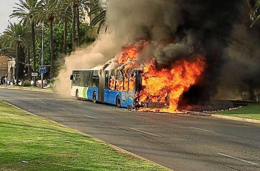 Autobús de la EMT en llamas en julio de 2016.