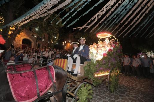 Clara Morey presidió el Carro Triomfal acompañadampor los 'angelets'.