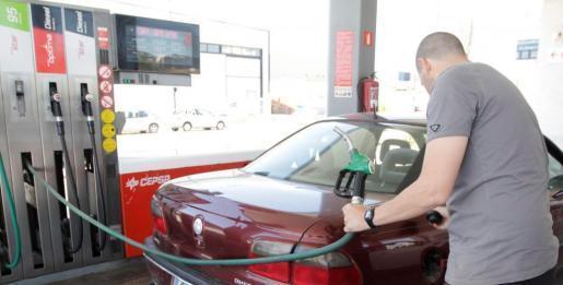 Repostar sesenta litros de gasolina 95 en Baleares sale de media 6,5 euros más caro que en Palencia -el lugar más barato-.