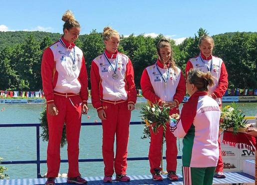 Aida Bauzá -a la izquierda- subió al cajón del Campeonato del Mundo júnior celebrado en Pitesti (Rumanía) junto a sus compañeras del K4 500 metros García, Bárbara Pardo y Carla Sieiro.