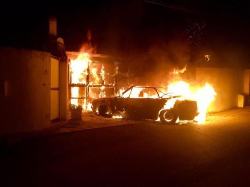 Las llamaradas que se encontraron los bomberos al llegar a Peguera.