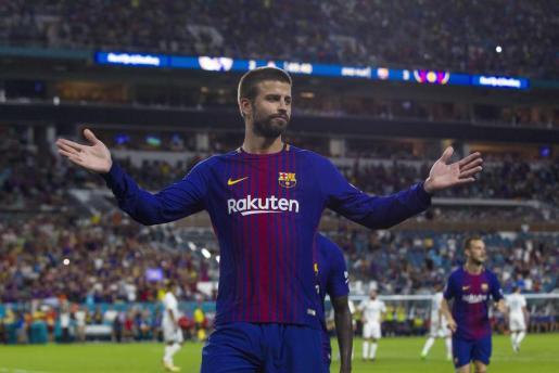 El jugador del F.C. Barcelona Piqué celebra la anotación del tercer gol contra el Real Madrid