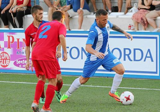 Óscar Rico intenta superar a dos jugadores del Alcúdia.