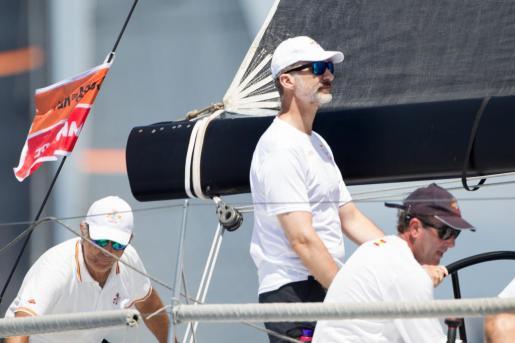 El rey Felipe, a los mandos del 'Aifos', se prepara para la Copa del Rey Mapfre de vela.