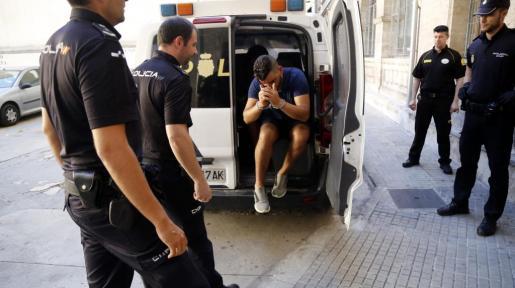 Imagen de uno de los arrestado entrando al juzgado.