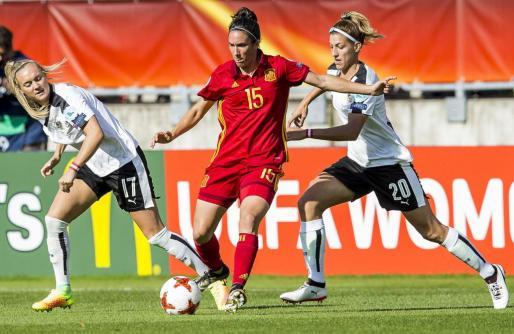Las austríacas Sarah Puntigam y Lisa Makas tratan de robarle el balón a la española Silvia Meseguer.