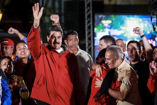 El presidente de Venezuela, Nicolás Maduro (i), celebra los resultados electorales en la Plaza Bolívar de Caracas (Venezuela).