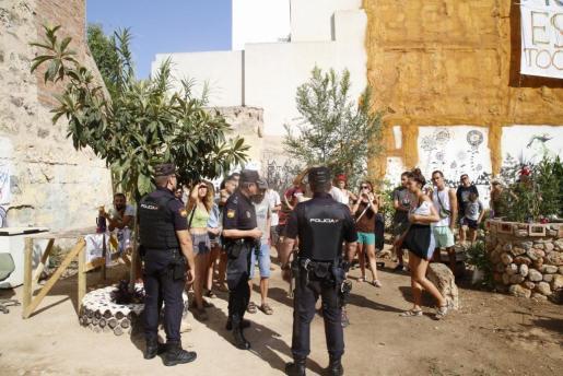 Agentes y miembros del colectivo que apoya este huerto urbano autogestionado de Palma, momentos antes del desalojo.