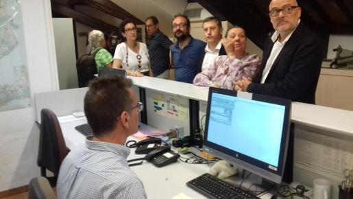 Los diputados soberanistas, fotografiados en el trámite para registrar la ley del referéndum independentista de Cataluña.