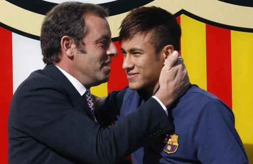 Sandro Rosell, en su etapa como presidente azulgrana, durante la presentación de Neymar Jr. como futbolista del FC. Barcelona.