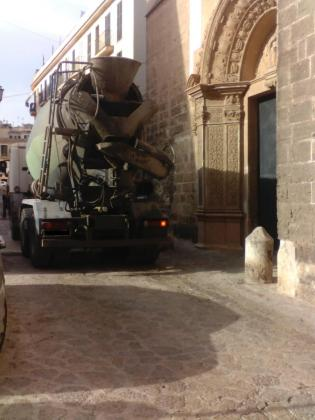 Imagen de un camión anclado en una de las estrechas calles que conforman el centro de Palma