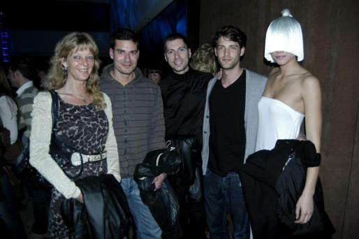 Tina Ahlmann, Jorge Gómez, Carles Torra y Borja Apellániz acompañan a la modelo Sandra Yaw, con un peculiar complemento.